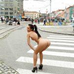 Magrinha gostosa pelada em público