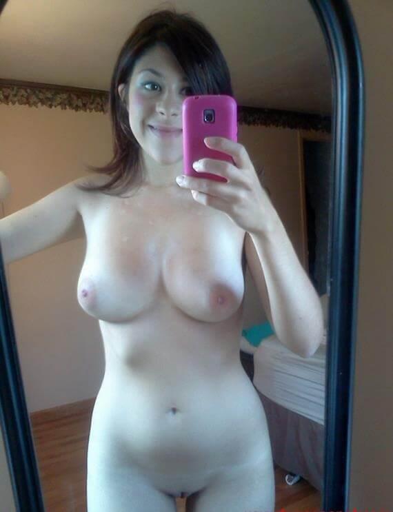 Novinha peituda pelada no espelho