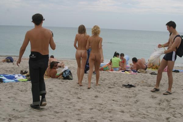 novinhas gostosas peladinhas na praia (23)