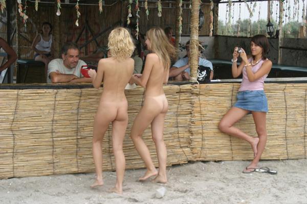 novinhas gostosas peladinhas na praia (25)