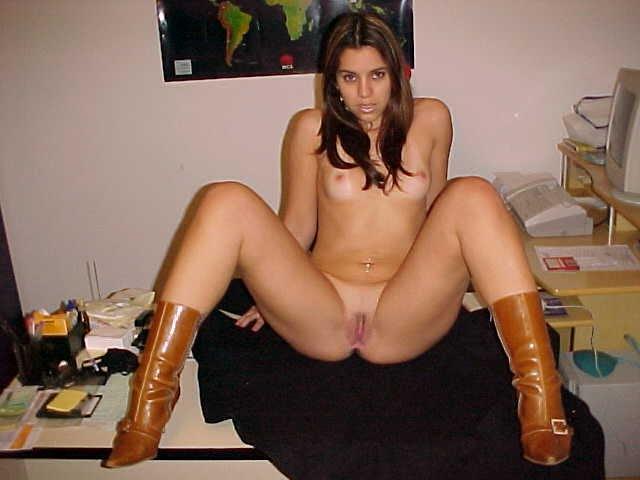 Novinha gostosa peladinha de botas