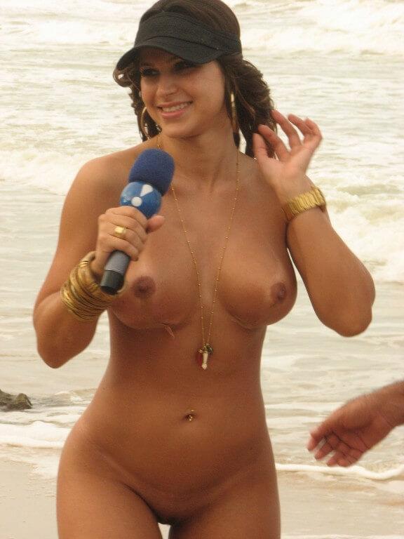 Mulher Samambaia nua na praia de nudismo