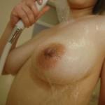 Japonesa peituda pelada tomando banho