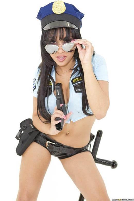 policial gostosa mostrando a bucetinha linda