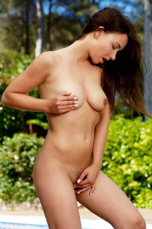 novinha linda pelada com dedo na bucetinha