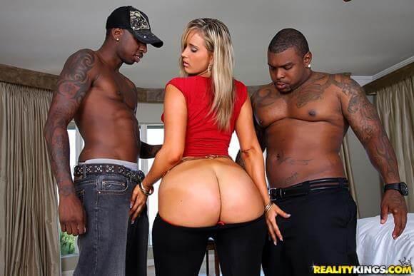 Loira rabuda fazendo sexo com dois negros dotados