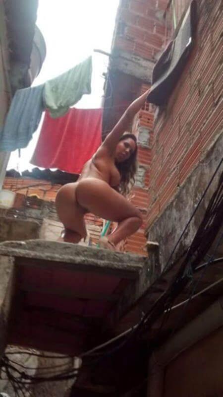mulher melão pelada na favela