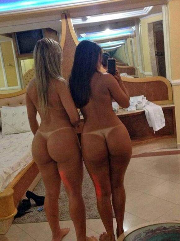 mulheres nuas mostrando a marquinha de biquini