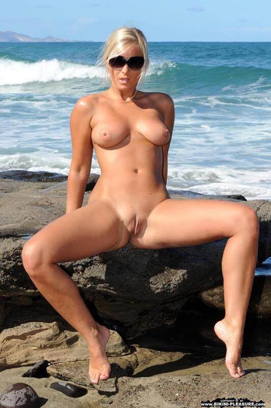loira gostosa nua mostrando a buceta gostosa na praia