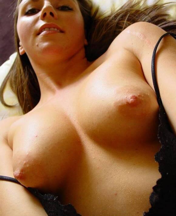 mulher nua mostrando a buceta gostosa