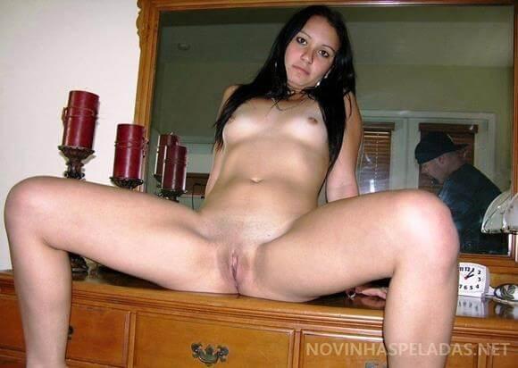 Novinha amadora nua mostrando a bucetinha linda raspadinha