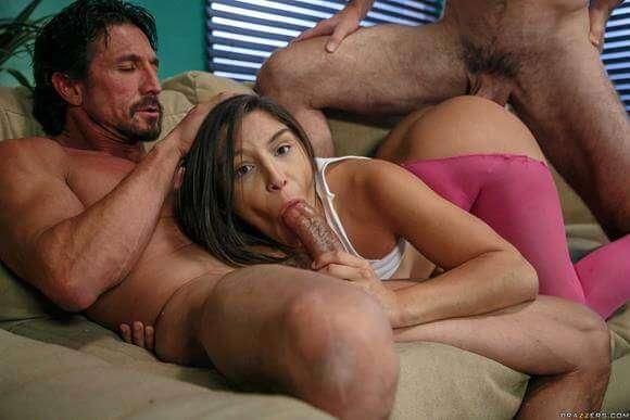 novinha fazendo sexo com dois amigos