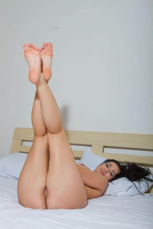 mulher gostosa pelada mostrando a buceta gostosa