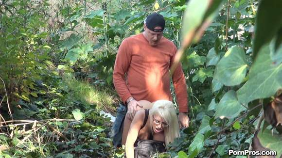 loira fudendo no mato e levando gozada na boca do amante